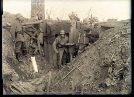 ARH NL Kageler 249, 1. Weltkrieg, Fotograf im Graben im Priesterwald (Bois-le-Prêtre), Frankreich, zwischen 1914/1918