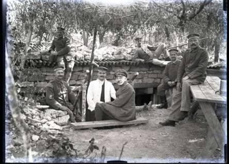 ARH NL Kageler 252, 1. Weltkrieg, vor dem Unterstand, Priesterwald (Bois-le-Prêtre), Frankreich, zwischen 1914/1918