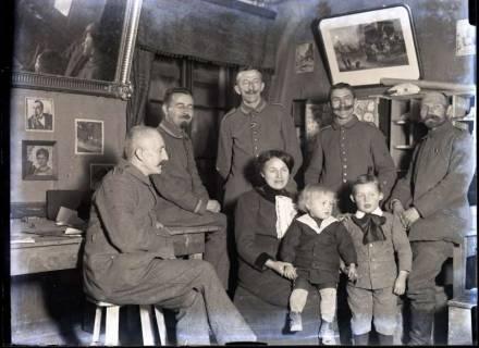 ARH NL Kageler 253, 1. Weltkrieg, Gruppenfoto mit Madame im Quartier, Villers, Frankreich, zwischen 1914/1918