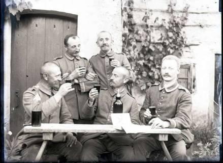ARH NL Kageler 264, 1. Weltkrieg, Weintrinken in Unterhofen (Secourt), Frankreich, zwischen 1914/1918
