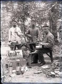 ARH NL Kageler 266, 1. Weltkrieg, Klempner im Wald bei Unterhofen (Secourt), Frankreich, zwischen 1914/1918