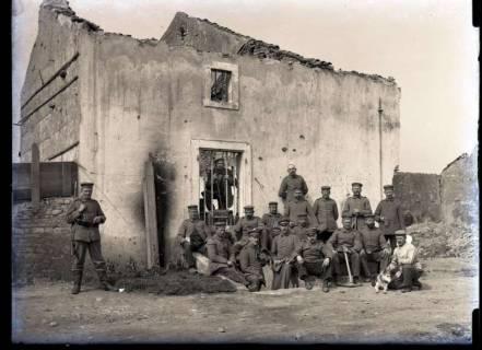 ARH NL Kageler 286, 1. Weltkrieg, Soldaten vor einem zerstörten Gebäude in Ressaincourt, Frankreich, ohne Datum