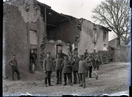 ARH NL Kageler 288, 1. Weltkrieg, Soldaten vor einem zerstörten Gebäude, Frankreich, ohne Datum