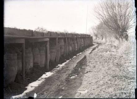 ARH NL Kageler 364, 1. Weltkrieg, Grabenstützung durch mit Erde gefüllte Fässer, Frankreich, zwischen 1914/1918
