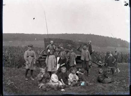 ARH NL Kageler 420, 1. Weltkrieg, Kinder bei der Weinlese in Ars-sur-Moselle, Frankreich, zwischen 1914/1918