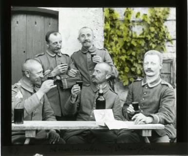 ARH NL Kageler 426, 1. Weltkrieg, Weintrinken in Unterhofen (Secourt), Frankreich, zwischen 1914/1918