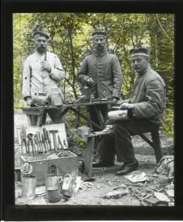 ARH NL Kageler 428, 1. Weltkrieg, Klempner im Wald bei Unterhofen (Secourt), Frankreich, zwischen 1914/1918