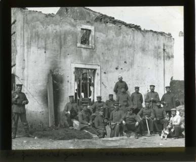 ARH NL Kageler 433, 1. Weltkrieg, Soldaten vor einem zerstörten Gebäude in Ressaincourt, Frankreich, zwischen 1914/1918