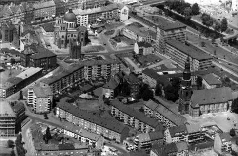 ARH NL Koberg 25, Neue Wohnsiedlung an der Neustädter Hof- und Stadtkirche St. Johannis (am oberen Bildrand die Basilika St. Clemens), Hannover, 1959