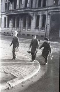 ARH NL Koberg 649, Schulspeisung in der Volksschule Kestnerstraße (seit Anfang der 70er Grundschule Kestnerstraße) im Winter, Hannover, 1947