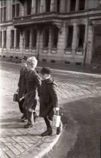 ARH NL Koberg 650, Schulspeisung in der Volksschule Kestnerstraße (seit Anfang der 70er Grundschule Kestnerstraße) im Winter, Hannover, 1947