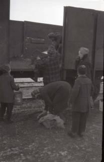 """ARH NL Koberg 662, """"Kohlenklau"""" im Winter am Südbahnhof, Hannover, 1945"""