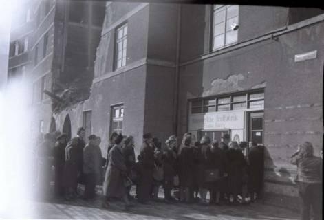 ARH NL Koberg 666, Einkaufsschlange vor der Hannoverschen Brotfabrik Franz Harry bei Vier Grenzen, Hannover, 1945