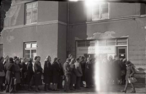 ARH NL Koberg 667, Einkaufsschlange vor der Hannoverschen Brotfabrik Franz Harry bei Vier Grenzen, Hannover, 1945