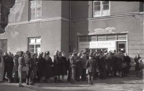 ARH NL Koberg 668, Einkaufsschlange vor der Hannoverschen Brotfabrik Franz Harry bei Vier Grenzen, Hannover, 1945
