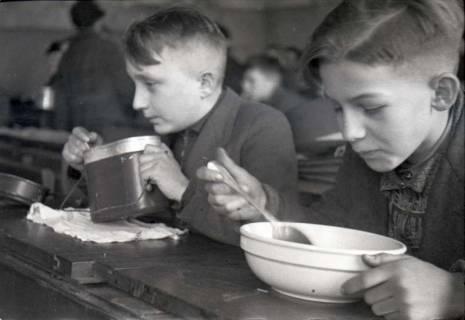 ARH NL Koberg 669, Schulspeisung in der Volksschule Kestnerstraße (seit Anfang der 70er Grundschule Kestnerstraße) im Winter, Hannover, 1947