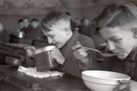 ARH NL Koberg 670, Schulspeisung in der Volksschule Kestnerstraße (seit Anfang der 70er Grundschule Kestnerstraße) im Winter, Hannover, 1947