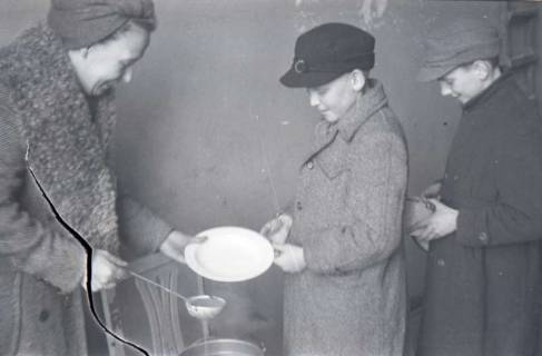 ARH NL Koberg 671, Schulspeisung in der Volksschule Kestnerstraße (seit Anfang der 70er Grundschule Kestnerstraße) im Winter, Hannover, 1947