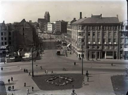 ARH NL Koberg 99, Ernst-August-Platz, Blick in die Bahnhofstraße und im Hintergrund die beschädigte Marktkirche, Hannover, wohl 1949