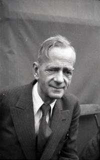 ARH NL Koberg 1011, Kurt Schumacher bei einer Kundgebung der SPD, anlässlich des Bezirksparteitages am 17./18. August, auf dem Gelände des heutigen Waldstadions, Barsinghausen, 1946