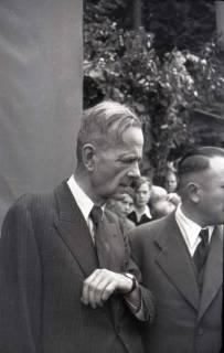 ARH NL Koberg 1012, Kurt Schumacher bei einer Kundgebung der SPD, anlässlich des Bezirksparteitages am 17./18. August, auf dem Gelände des heutigen Waldstadions, Barsinghausen, 1946
