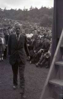 ARH NL Koberg 1013, Kurt Schumacher bei einer Kundgebung der SPD, anlässlich des Bezirksparteitages am 17./18. August, auf dem Gelände des heutigen Waldstadions, Barsinghausen, 1946