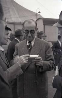 ARH NL Koberg 1023, Ernst Reuter (ehemaliger Bürgermeister von Berlin) bei der Eröffnung des Flughafens, Langenhagen, 1946