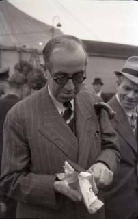 ARH NL Koberg 1024, Ernst Reuter (ehemaliger Bürgermeister von Berlin) bei der Eröffnung des Flughafens, Langenhagen, 1946