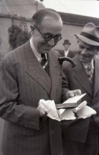 ARH NL Koberg 1025, Ernst Reuter (ehemaliger Bürgermeister von Berlin) bei der Eröffnung des Flughafens, Langenhagen, 1946