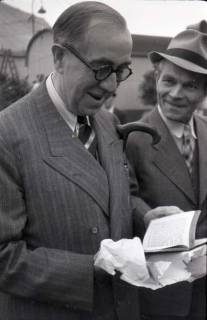 ARH NL Koberg 1026, Ernst Reuter (ehemaliger Bürgermeister von Berlin) bei der Eröffnung des Flughafens, Langenhagen, 1946