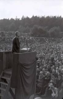 ARH NL Koberg 1027, Kurt Schumacher bei einer Kundgebung der SPD, anlässlich des Bezirksparteitages am 17./18. August, auf dem Gelände des heutigen Waldstadions, Barsinghausen, 1946