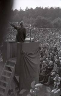 ARH NL Koberg 1028, Kurt Schumacher bei einer Kundgebung der SPD, anlässlich des Bezirksparteitages am 17./18. August, auf dem Gelände des heutigen Waldstadions, Barsinghausen, 1946
