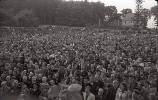 ARH NL Koberg 1029, Kurt Schumacher bei einer Kundgebung der SPD, anlässlich des Bezirksparteitages am 17./18. August, auf dem Gelände des heutigen Waldstadions, Barsinghausen, 1946