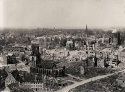 ARH NL Koberg 103, Knochenhauerstraße mit Ruine der Kreuzkirche, rechts davon das Anzeiger-Hochhaus, Hannover, wohl 1946