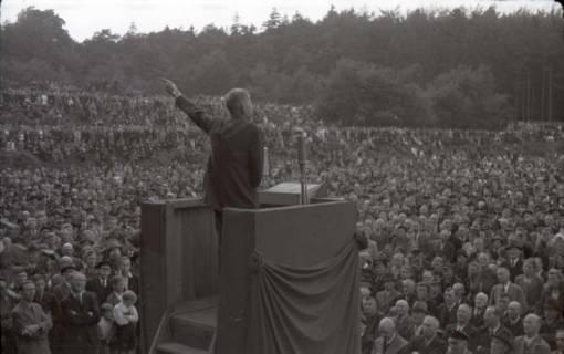 ARH NL Koberg 1030, Kurt Schumacher bei einer Kundgebung der SPD, anlässlich des Bezirksparteitages am 17./18. August, auf dem Gelände des heutigen Waldstadions, Barsinghausen, 1946