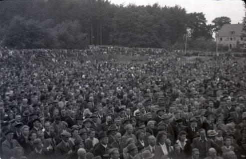 ARH NL Koberg 1031, Kundgebung der SPD, anlässlich des Bezirksparteitages am 17./18. August, auf dem Gelände des heutigen Waldstadions, Barsinghausen, 1946