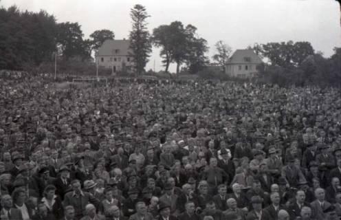 ARH NL Koberg 1032, Kundgebung der SPD, anlässlich des Bezirksparteitages am 17./18. August, auf dem Gelände des heutigen Waldstadions, Barsinghausen, 1946