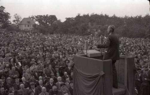 ARH NL Koberg 1033, Kurt Schumacher bei einer Kundgebung der SPD, anlässlich des Bezirksparteitages am 17./18. August, auf dem Gelände des heutigen Waldstadions, Barsinghausen, 1946
