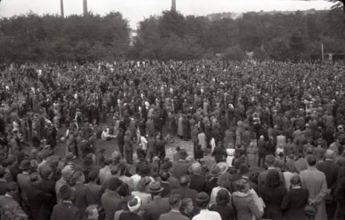 ARH NL Koberg 1035, Kundgebung der SPD, anlässlich des Bezirksparteitages am 17./18. August, auf dem Gelände des heutigen Waldstadions, Barsinghausen, 1946