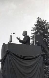 ARH NL Koberg 1037, Kurt Schumacher bei einer Kundgebung der SPD, anlässlich des Bezirksparteitages am 17./18. August, auf dem Gelände des heutigen Waldstadions, Barsinghausen, 1946