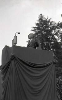 ARH NL Koberg 1038, Kurt Schumacher bei einer Kundgebung der SPD, anlässlich des Bezirksparteitages am 17./18. August, auf dem Gelände des heutigen Waldstadions, Barsinghausen, 1946