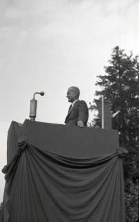 ARH NL Koberg 1040, Kurt Schumacher bei einer Kundgebung der SPD, anlässlich des Bezirksparteitages am 17./18. August, auf dem Gelände des heutigen Waldstadions, Barsinghausen, 1946