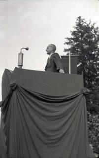 ARH NL Koberg 1041, Kurt Schumacher bei einer Kundgebung der SPD, anlässlich des Bezirksparteitages am 17./18. August, auf dem Gelände des heutigen Waldstadions, Barsinghausen, 1946
