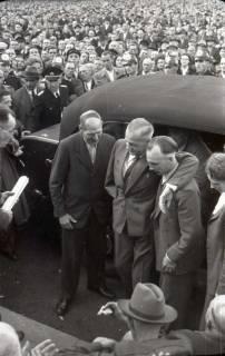ARH NL Koberg 1051, Ankunft von Kurt Schumacher, gestützt von Egon Franke (ganz rechts Annemarie Renger), auf einer Kundgebung der SPD auf dem Waterlooplatz, Hannover, 1946