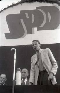 ARH NL Koberg 1059, Kurt Schumacher und Bruno Leddin (links) bei einer Kundgebung der SPD auf dem Waterlooplatz, Hannover, 1946