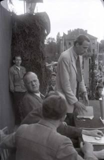 ARH NL Koberg 1060, Kurt Schumacher und Hans Harmsdorf (hinten links) bei einer Kundgebung der SPD auf dem Waterlooplatz, Hannover, 1946