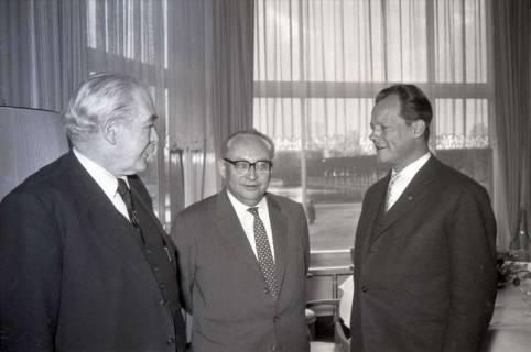 ARH NL Koberg 1066, Hinrich Wilhelm Kopf, Erich Ollenhauer und Willy Brandt beim SPD Parteitag in der Stadthalle, Hannover, 1960