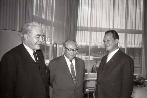 ARH NL Koberg 1067, Hinrich Wilhelm Kopf, Erich Ollenhauer und Willy Brandt beim SPD Parteitag in der Stadthalle, Hannover, 1960
