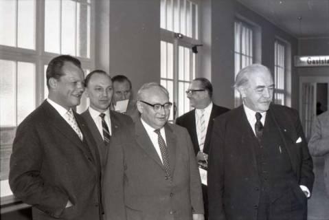 ARH NL Koberg 1071, Willy Brandt, Egon Franke, ?, Erich Ollenhauer, ? und Hinrich Wilhelm Kopf beim SPD Parteitag in der Stadthalle, Hannover, 1960