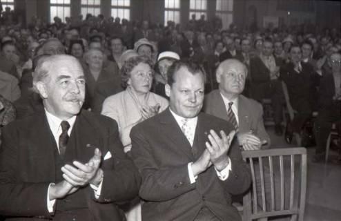 ARH NL Koberg 1075, Hinrich Wilhelm Kopf und Willy Brandt beim SPD Parteitag in der Stadthalle, Hannover, 1960